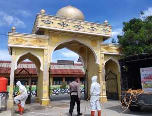 Brimob Kompi 3 Batalyon B Pelopor Menyemprotkan Disenfektan di Mesjid Bener Meriah dan Aceh Tengah
