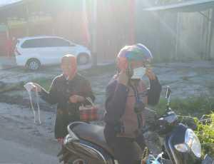 Petugas Gabungan Sosialisasi Penggunaan Masker Ke Pengendara Di Kabupaten Bener Meriah
