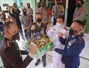 Dalam Rangka HUT ke 76 TNI, Kapolres Lhokseumawe Antar Kue Ulang Tahun ke Danrem 011/Lilawangsa