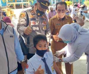Personel Polsek Banda Sakti Bersama Nakes Bangkitkan Semangat Siswa SMAN 1 Lhokseumawe Ikut Vaksinasi