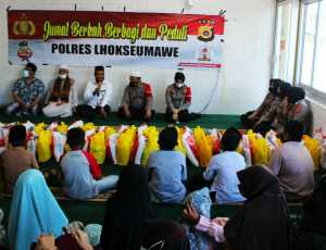 Program Jumat Berkah, Polres Lhokseumawe Bagikan Puluhan Paket Sembako Kepada Anak Yatim Piatu di Muara Dua