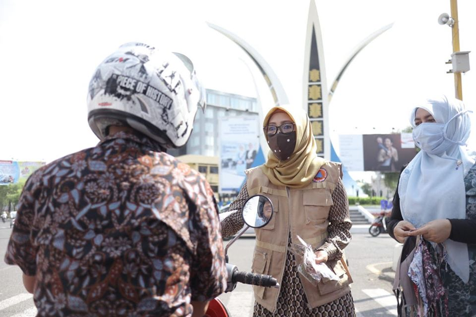 Cegah Covid-19, PKK Aceh Salurkan Masker untuk Pengguna Jalan