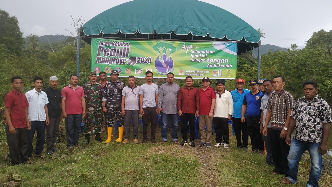 TDC dan Perangkat Gampong Sawang Indah Tanam Bibit Mangrove