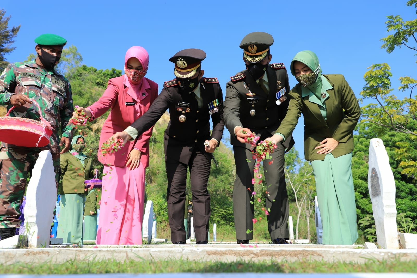 Dalam rangka HUT ke 76 TNI, Kapolres Lhokseumawe Bersama Dandim Aceh Utara Ziarah dan Tabur Bunga di TMP Blang Panyang